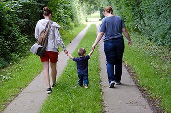 Fotografin Sarah Lüders mit Kleinkind an der Hand - Lichtfühler Fotografie