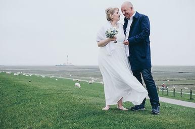 Brautpaar auf dem Deich Hochzeitsfotograf Hochzeitsfoto Hochzeitsreportage am Leuchtturm Westerheversand