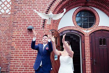 Brautpaar Tauben Kuss Brautpaar Hochzeitsfotograf Hochzeitsfoto Hochzeitsreportage Kirche