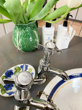 Bathroom sink retro style