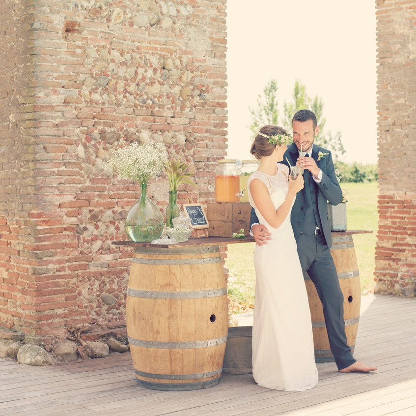 Vintage wedding - wine barrel bar