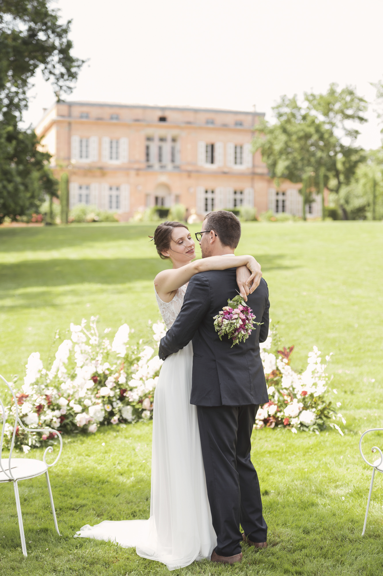 French wedding chateau - outdoor wedding ceremony