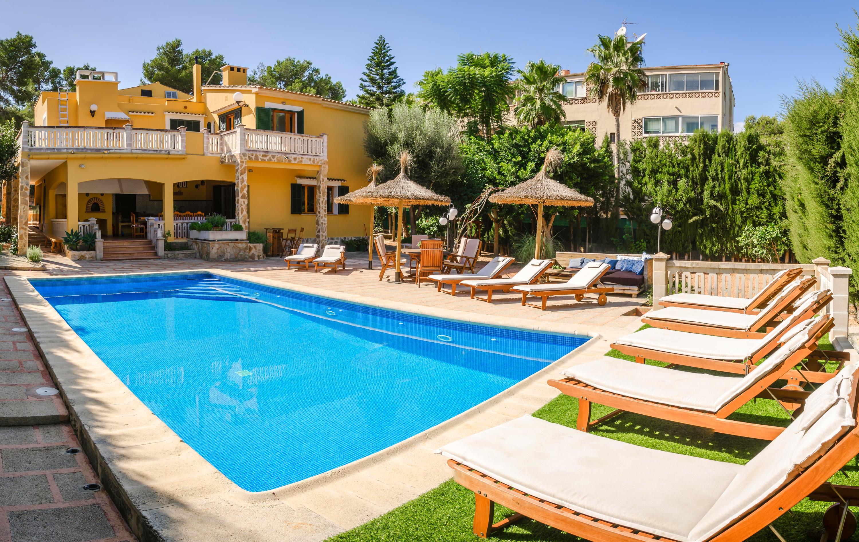 Pool mit Haus und Terrasse
