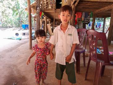 ミャンマー最南部ダウェーの幼い兄妹