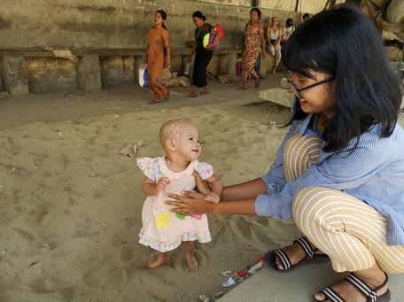 ヤンゴン環状線で出会った見つめ合う母子