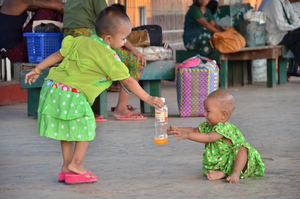 「死の鉄道」終着駅で出会ったミャンマーの子どもたち