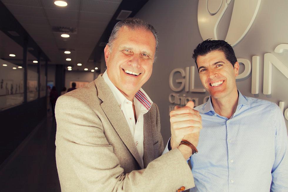 Doctor Gil Piña junto a Doctor Cobos, los directores de la clínica mano a mano