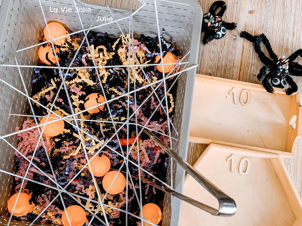 Bac toile d'araignée - Exploration sensorielle d'Halloween