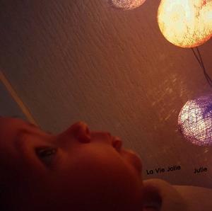 Expériences sensorielles lumineuses avec bébé