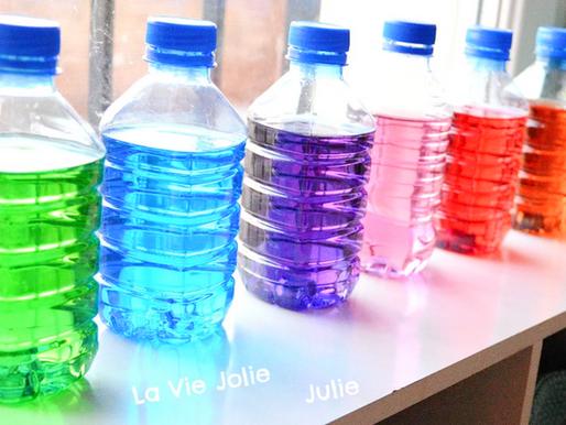 Les bouteilles d'eau colorées