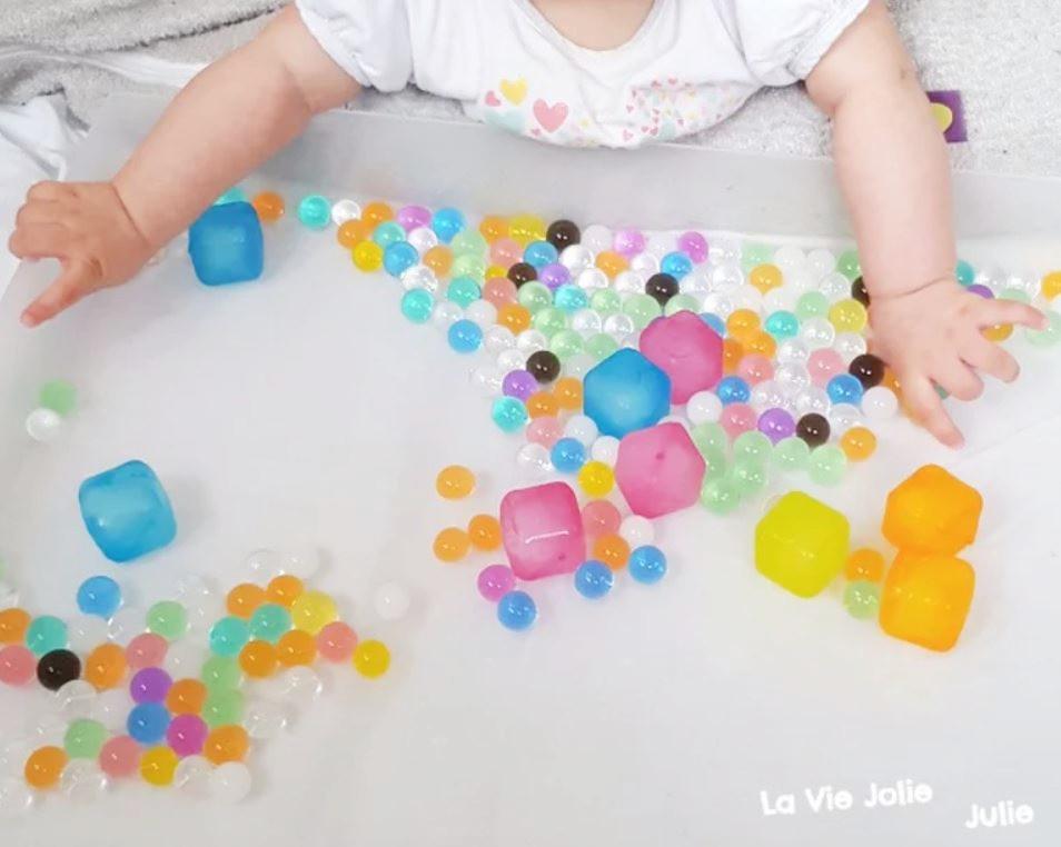 Plateau sensoriel : les glaçons colorés