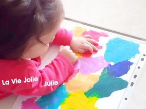 La peinture propre avec bébé