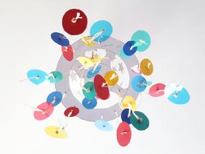 Mobile pour bébé : les pastilles colorées
