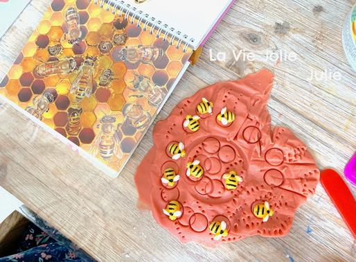 Invitation à créer : abeilles et pâte à modeler
