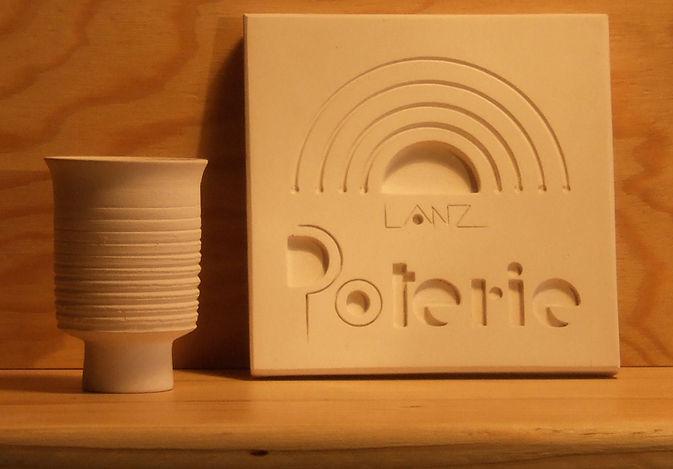 Produzione artigianale di ceramiche, vasi e recipienti, per uso domestico, culinario o d'arredamento realizzate in terra cotta porosa cruda o smaltata.