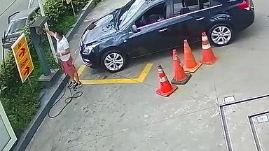 Cuidado nos momentos de distração. Veja como o criminoso consegue furtar objetos do interior do veículo, ainda que você esteja por perto. Isso pode acontecer quando você está abastecendo, calibrando os pneus, carregando o porta-malas com suas compras de supermercado e outras oportunidades.