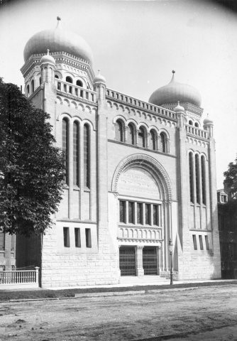 Black-and-white photo of ornate building.