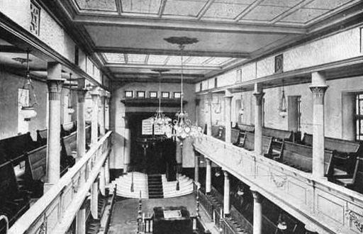 Black and white photo of gallery overlooking Bimah