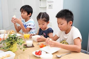 GRABANAはフェアトレードだけでなく、原料を利用いただく飲食店様などに参加いただく 「GRABANAプロジェクト」を展開しています。    飲食店の利益の一部が日本の子ども食堂や貧困状態の子供たちの手助けとなる活動の支援として使われる仕組みです。    また、東南アジアの貧困撲滅のための活動をしている団体などへも寄付として循環するよう取り組みを行っています。