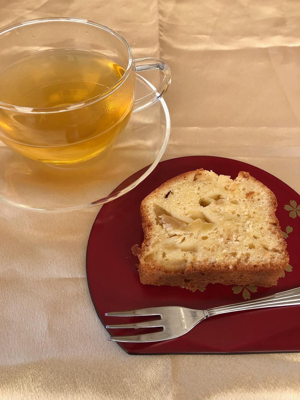 りんごのパウンドケーキとハーブティー
