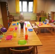 Küche mit Esstisch und Spielecke