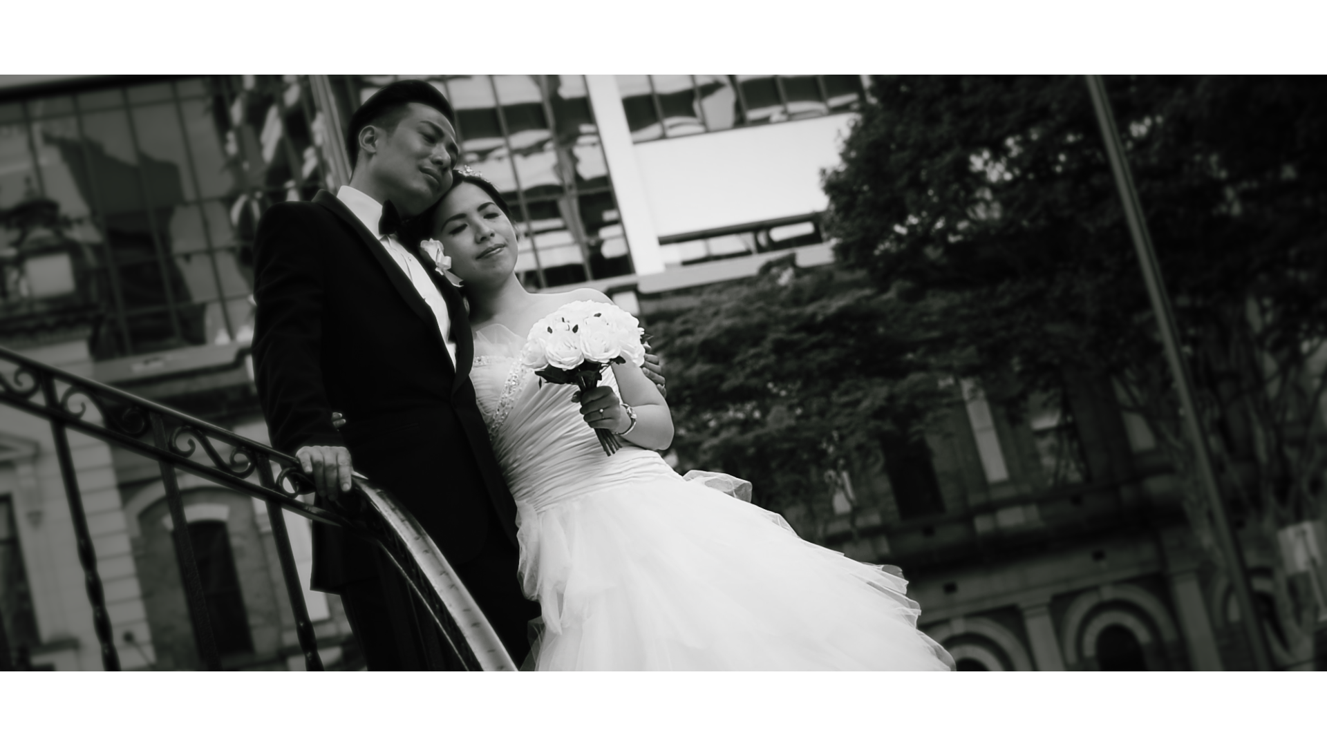 chinese couple embrace on their wedding day