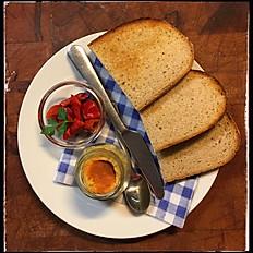 Hummus s nakládanou paprikou, opečený chléb