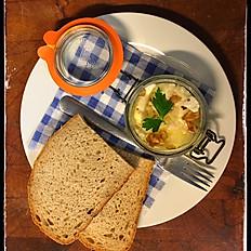 Variace nakládaných sýrů, chléb