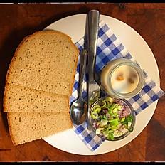 Škvarky se sádlem, čerstvá cibulka, chléb