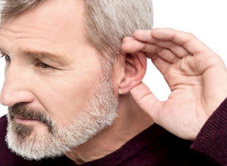 ¿Cómo puedo comunicarme con una persona que no escucha bien?