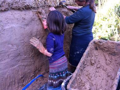 Immeke bouwt een huis van stro en leem