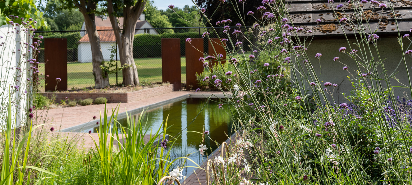 kleine tuin met zwemvijver