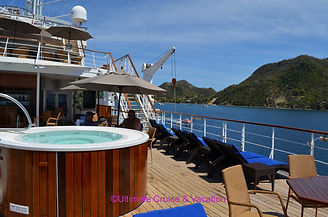Hot tub on the deck of the Wind Surf