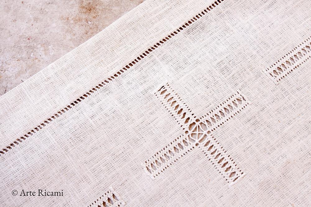 Tovaglia in pura canapa con croce al centro e gigliuccio sui tre lati