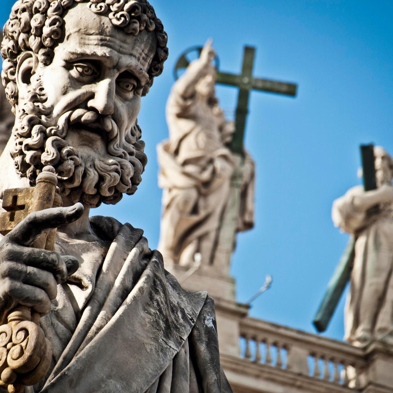 Statua di San Pietro in marmo piazzale della Basilica, San Pietro con le chiavi