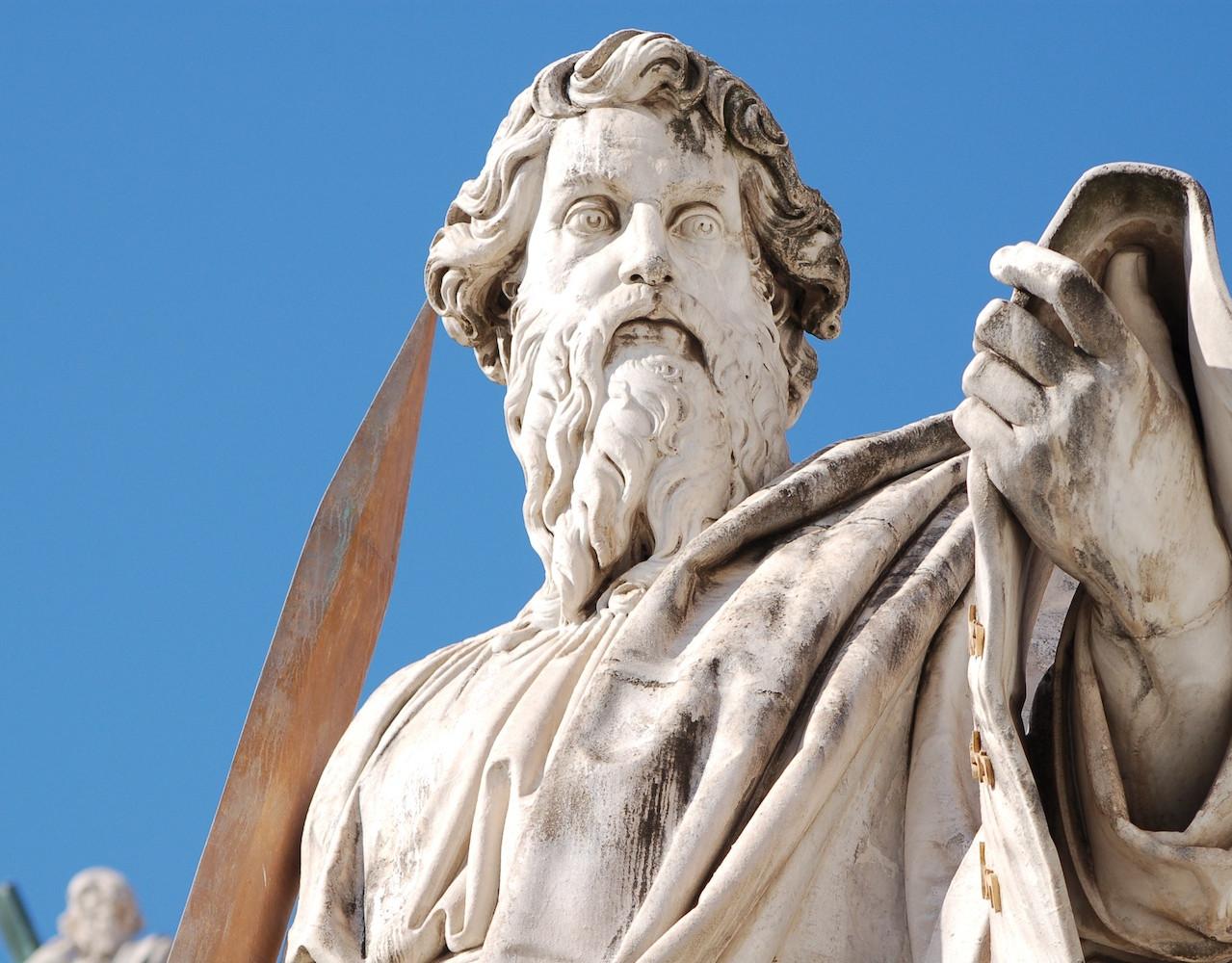 Statua di San Paolo piazza della Basilica di San Pietro. Statua di San Paolo con la spada
