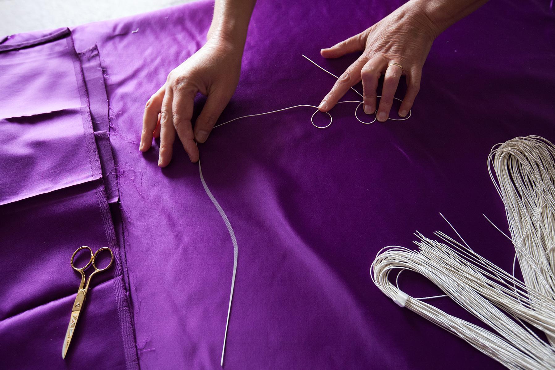 Canutiglia argento su seta viola