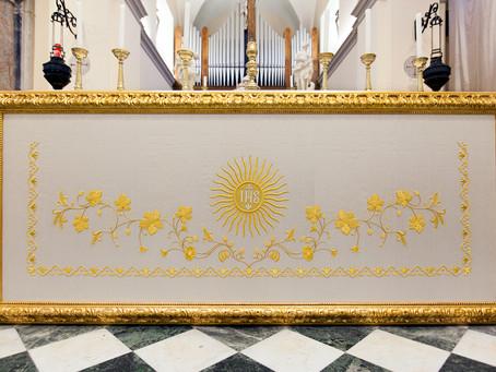Il paliotto ricamato a mano: una preziosa cornice per l'altare