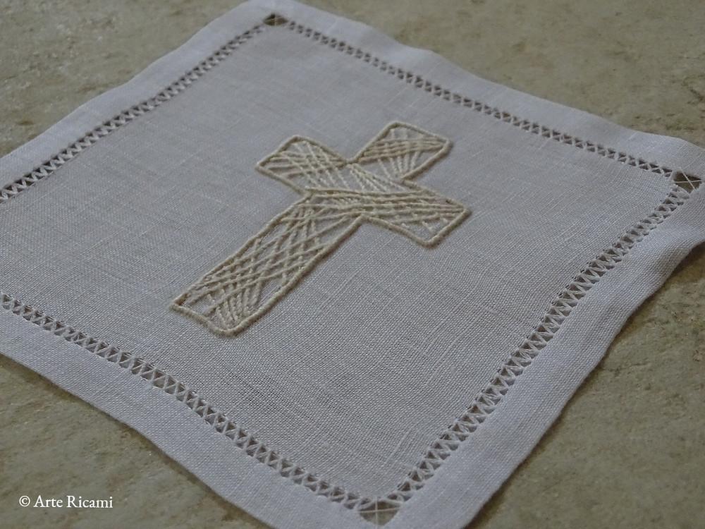 Palla ricamata a mano in puro lino con simbolo della croce