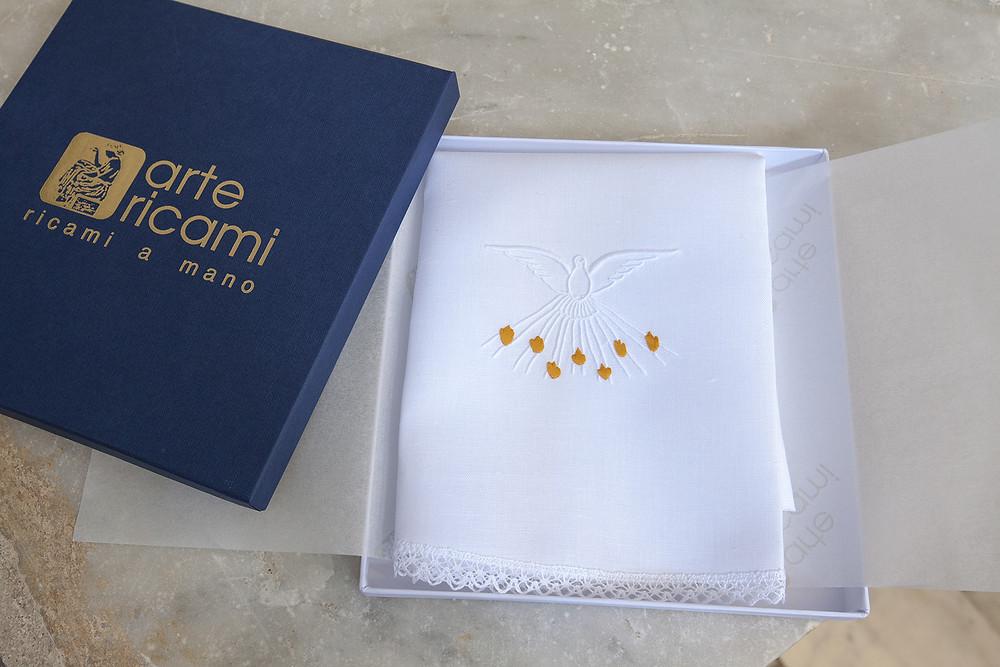 Vestina da Battesimo ricamata a mano in scatola regalo con disegno dello Spirito Santo sotto forma di colomba.