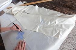 Disegno di una croce su carta velina
