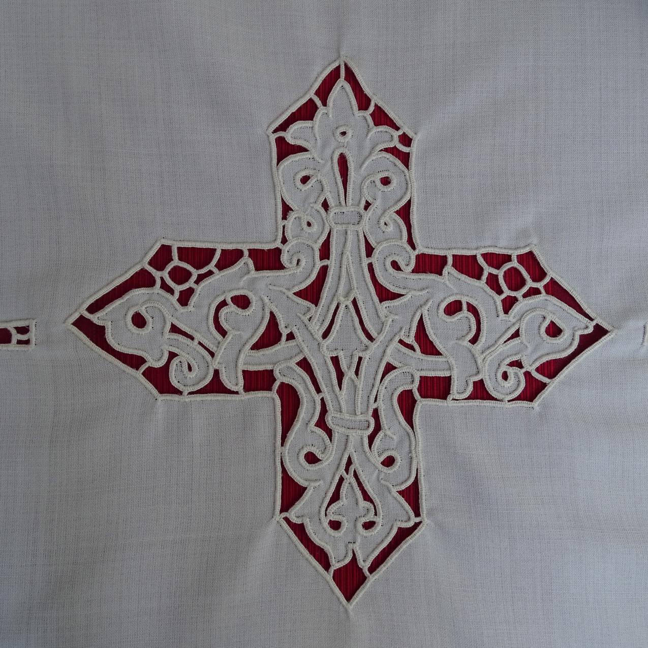 Camice ad intaglio con croce e giro di intaglio sul fondo e sulle maniche. Realizzato su misura per ordinazione sacerdotale