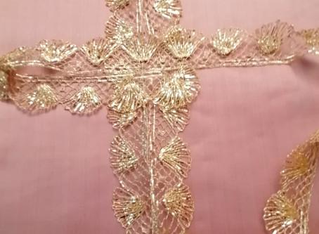 Perchè il sacerdote indossa paramenti rosa la IV Domenica di Quaresima?