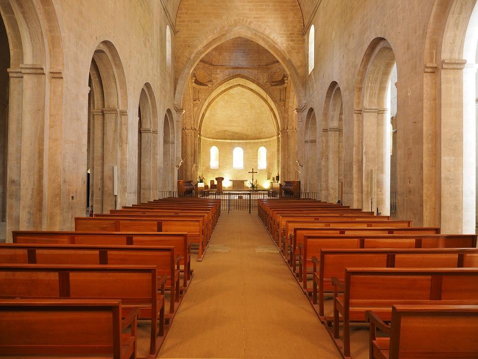 preparazione chiesa per triduo pasquale