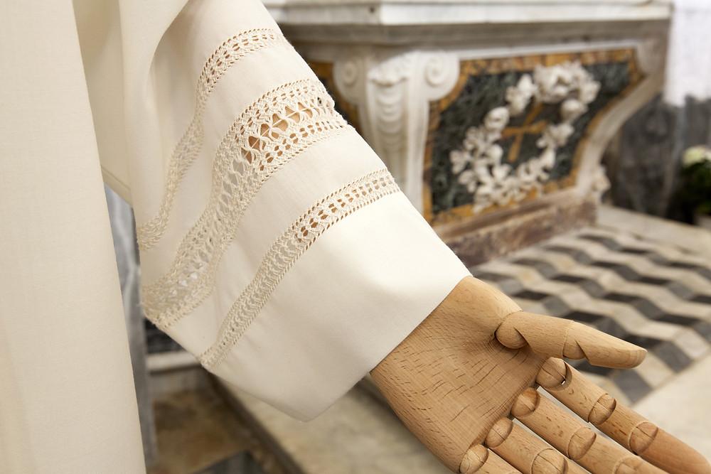 Camice per ordinazione sacerdotale con cinque giri di gigliuccio