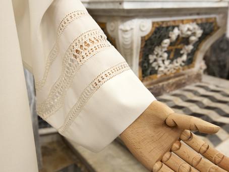 Il camice per ordinazione sacerdotale: le risposte a tutte le domande.