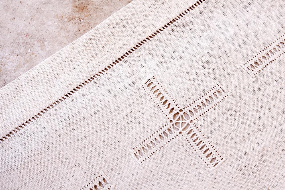 Tovaglia per altare su misura ricamata a mano