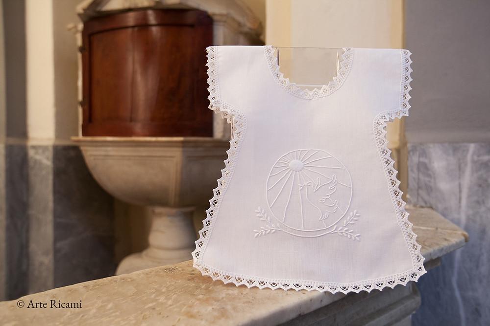 Vestina da Battesimo con disegno colomba della pace e raggi dello Spirito Santo. Camicino da Battesimo ricamato a mano in puro cotone.