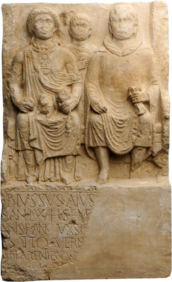 Grabstein des Schiffers Blussus und seiner Frau Menimane)