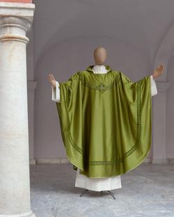 Casula verde ricamata a mano ad intaglio misto seta verde a intaglio